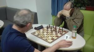 Über die Schulter geschaut: Wolfgang Prüfer in seiner entscheidenden Partie gegen Dragos Ciornei.