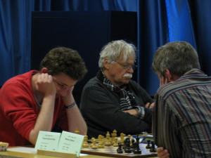 Höchste Konzentration. Vorne: Brett 6 mit der Paarung Daniel Otis Thieme (links) gegen Detlev Wolter (rechts). Dahinter (Mitte): GM Vlastimil Hort