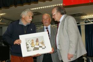 Der Turniersieger Vlastimil Hort (links) mit dem Schirmherrn und SSB-Präsidenten Werner Schmidt (Mitte) und dem OSV-Vorsitzenden Gerd Arlt (Foto: Jürgen Cziczkus)