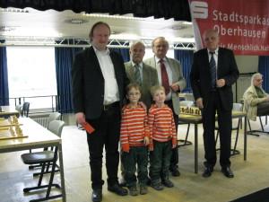 Von links: GM Daniel Hausrath mit Kindern (vorne), Werner Schmidt, Gerd Arlt, Alfred Schlya. Rechts im Hintergrund: Karl Hirtz
