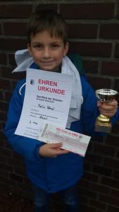 Der Vizemeister Felix Bönsch mit Pokal, Urkunde und Preis