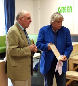 Der Geehrte Vlastimil Hort (rechts) und der Laudator und erste Gratulant Alfred Schlya (Foto: Jürgen Cziczkus)